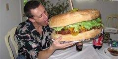 В США соревнуются гигантские гамбургеры