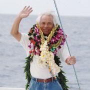 69-летний путешественник Кэнити Хори отправился покорять океан на волновом катамаране