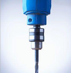 Нейрохирург использует при трепанации бытовую дрель