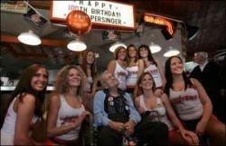 100-летний старик отметил юбилей в обществе ресторанных красавиц (фото)