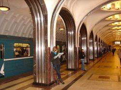 В московском метро мужчина столкнул на рельсы двух женщин