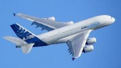 Крупнейший в мире авиалайнер Airbus A380 впервые летит в Европу