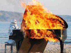 Японский музыкант сыграл на горящем рояле (видео)