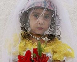 В Саудовской Аравии 11-летний мальчик женится на своей крошке-кузине