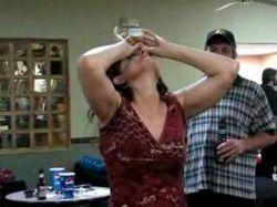 Интересный способ выпить стакан воды (видео)
