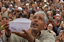 Демонстрация волоса с бороды Пророка Мухаммеда (фото)