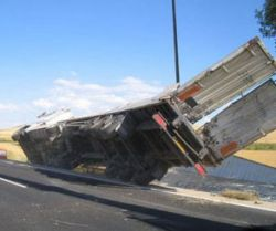 Ураган перевернул грузовик на ходу (видео)