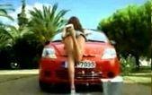 Два необычных способа залезть в машину, не открывая двери (видео)