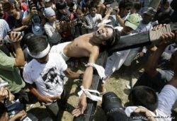 Филиппинцы добровольно распяли себя на кресте (фото)