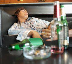 Люди с алкогольной зависимость чаще всего работают в сфере гостиничного бизнеса и туризма
