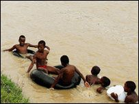 Чтобы попасть в школу, дети переплывают реку с крокодилами
