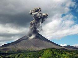 На Камчатке вулкан Карымский выбросил семикилометровый столб пепла и газа