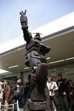 В Токио поставили бронзовый памятник роботу