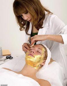 Самый дорогой способ оставаться молодой: маска из 24-каратного золота