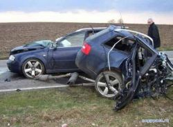 Жутка авария: Audi A6 буквально порвало на части (фото)