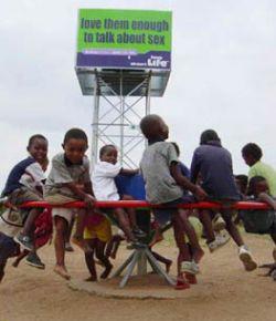 Насос-карусель спасает жизни в Африке (видео)