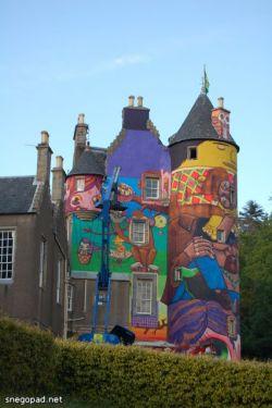 Граффитчики разрисовали архитектурный памятник в Шотландии (фото)