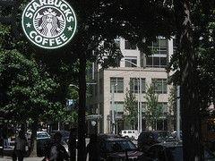 Официанты Starbucks требуют вернуть им чаевые в размере $5 млн