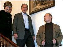 Джордж Буш и Владимир Путин сплясали с казаками