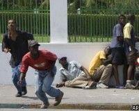 Толпы голодных жителей Гаити пошли на штурм дворца президента