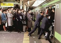 Удивительная особенность японского метрополитена (видео)