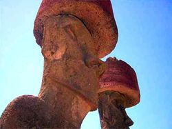 Турист, отломивший ухо каменному истукану в Чили, оштрафован на 17 тысяч долларов