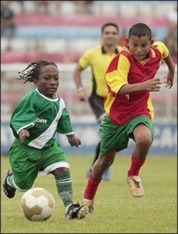 В Бразилии появилась футбольная команда из карликов (фото)