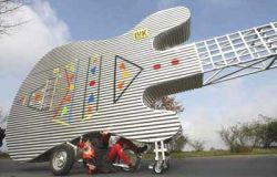 12-метровый велосипед-гитара в действии (видео)