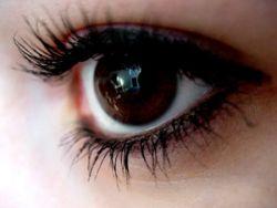 Наращивание ресниц может привести к потере зрения