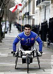 Британский гонщик-инвалид пришел к финишу на руках (видео)