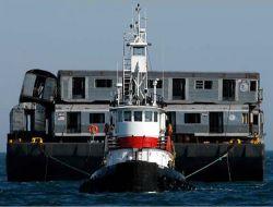 Старые вагоны метро сбрасывают в Атлантический океан