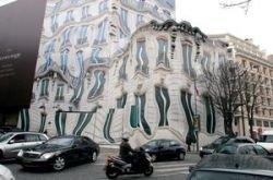 Чем в Париже маскируют стройку