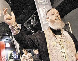 В Челябинске батюшка освятил... стриптиз-клуб