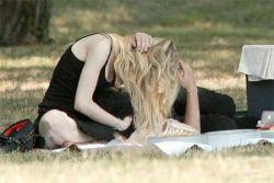 Канадскую певицу Эврил Лавин (Avril Lavigne) застали за эротическим массажем (фото)