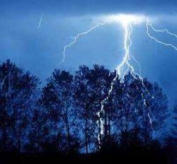 """Исследователи учатся \""""вызывать\"""" молнию при помощи лазера"""