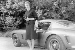 """В Маранелло открылась выставка \""""Ferrari и женщины\"""""""