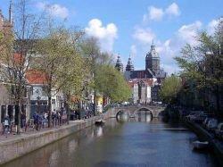 Команды добровольцев не дадут туристу пропасть в Амстердаме