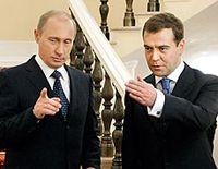 Общество все глубже вглядывается в Дмитрия Медведева и все больше верит в его независимость от Владимира Путина
