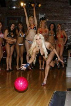 Звёзды эротического кино тоже играют в боулинг (фото)