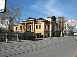 Екатеринбургский автолюбитель сбил, а потом еще и избил пешехода