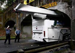Водителю автобуса, который доверился GPS, снесло крышу (фото)