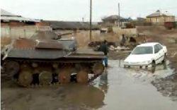 Как доставали автомобиль, затонувший в сельской луже (видео)