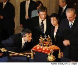 На выставке в Праге можно примерить настоящую королевскую корону