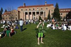 В Университете Колорадо 10 тыс. человек покурили травку