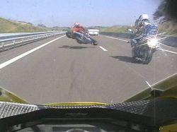 Впечатляющие автоаварии с мотоциклами (видео)