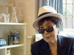 В США начинаются слушания о правах на запись, где Джон Леннон курит травку и пишет песни
