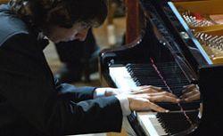Играя на пианино, можно поумнеть