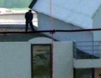 Снайпер Джорджа Буша  (George Bush) справил нужду на крыше аэропорта (видео)