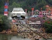 Китаец проехал на автомобиле по двум стальным кабелям, установленным на высоте 150 футов над рекой