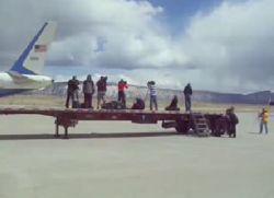 Съемочную группу сдуло выхлопными газами авиалайнера (видео)